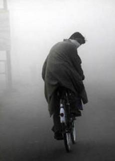 ciclista nella nebbia